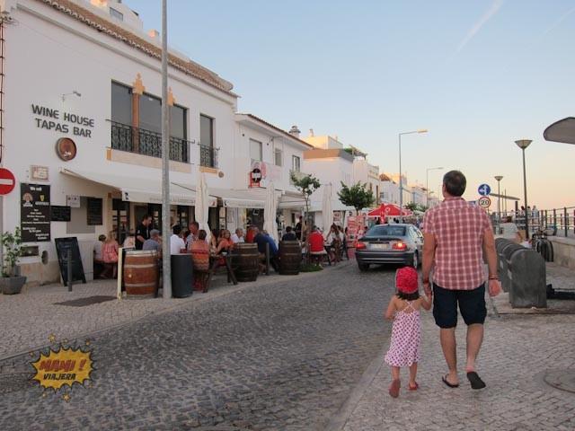 Mími y Papi Viajeros caminando por la calle principal de Tavira
