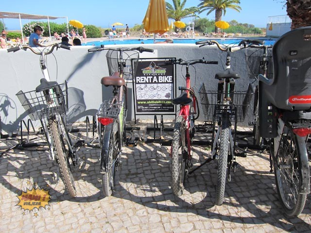 Puedes recorrer las playas vecinas, el pueblo de Cabanas y el Parque Natural Ría Formosa desde aquí en bici