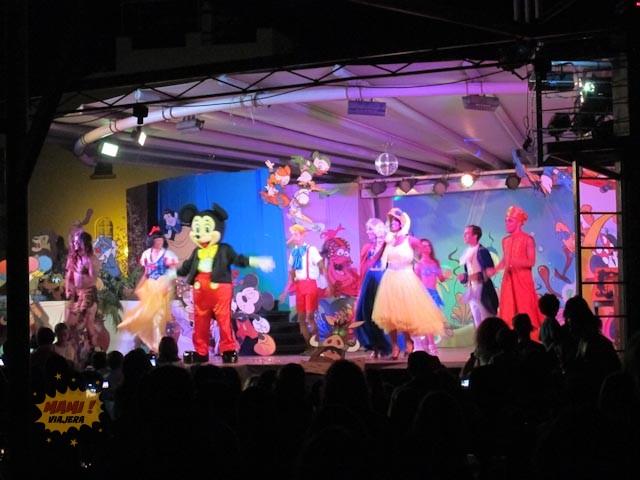 Hubo un espectáculo de Disney y la Mími Viajera hasta se tomó una foto con Mickey :)