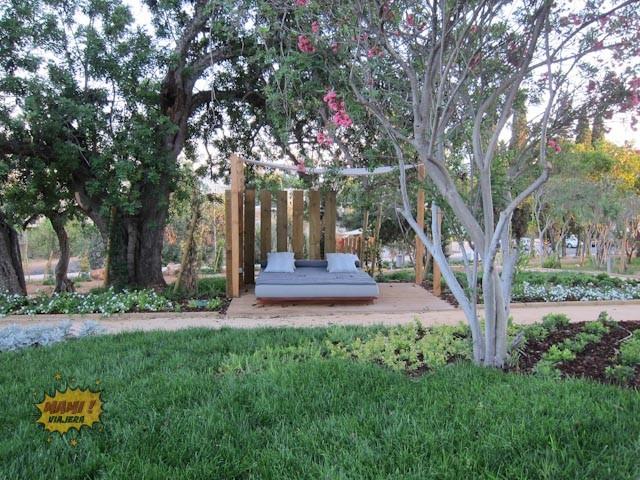 Espacios para relajarse en los jardines del hotel