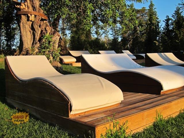 El lugar perfecto para leer y relajarte mientras los niños juegan en la piscina