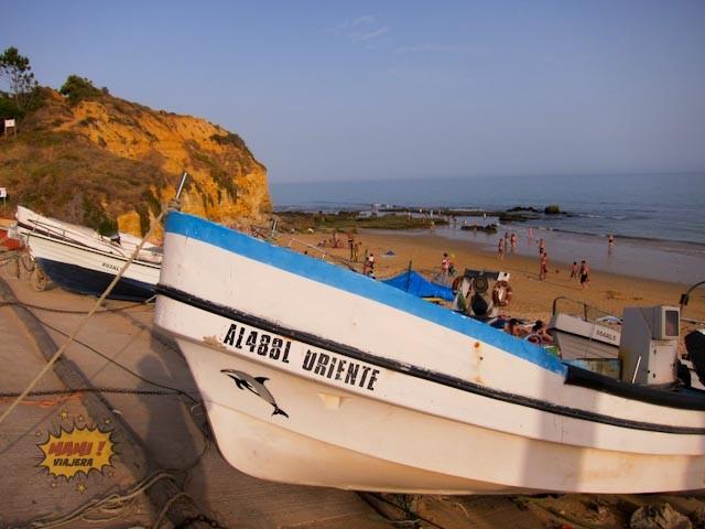 Bote de pescadores en la playa