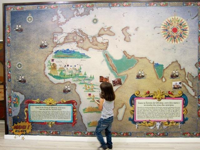 Mapa magnético en la exposición sobre Ceuta